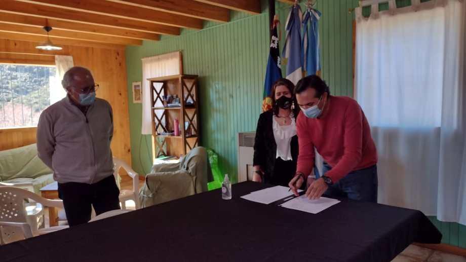 Gerez y Ugartemendía en la firma del convenio, observa Ulf Christian Nordenstahl. (Gentileza)