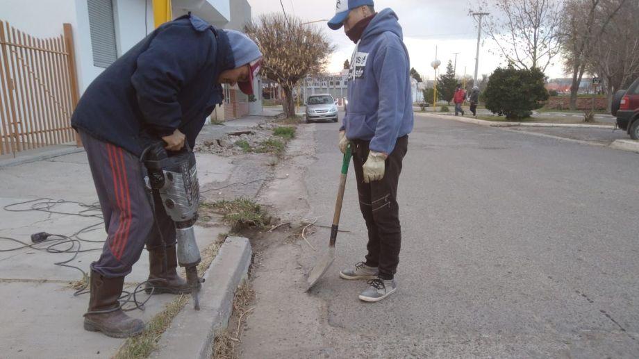 El municipio de Regina comenzó a reparar un tramo de 200 metros del cordón cuneta en la calle Libertad.