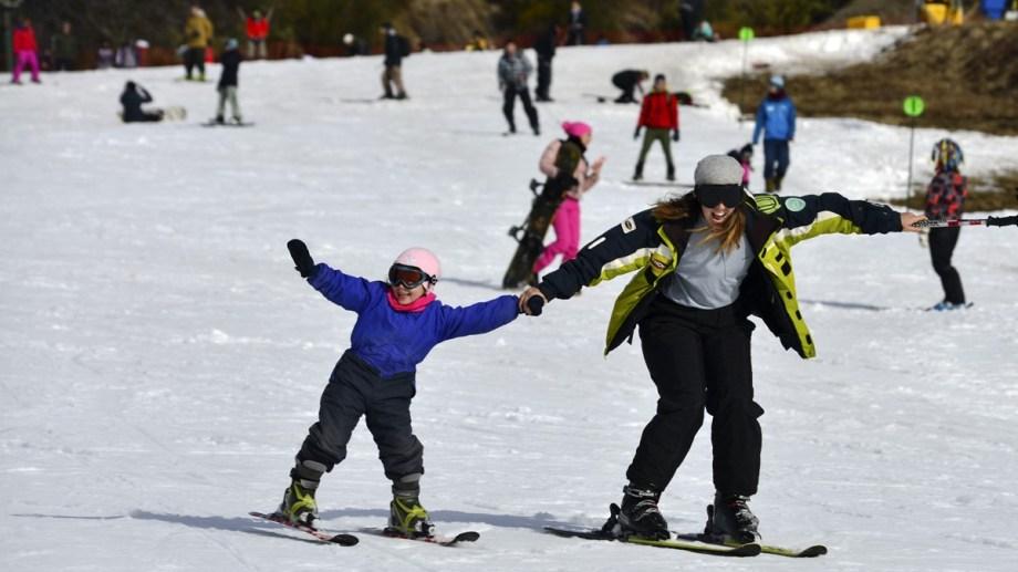 En el sector medio y superior del cerro Catedral solo se podrá esquiar por la mañana, por la falta de nieve. Archivo
