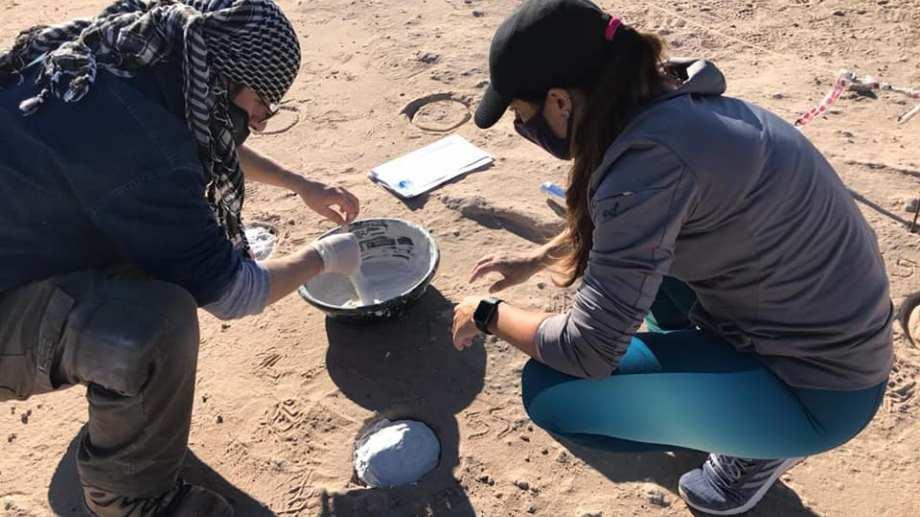 Los paleontólogos del museo Juan Porfiri y Domenica dos Santos coordinan las tareas. Foto: Gentileza Facebook  Universidad Nacional del Comahue - #UNComa - Prensa