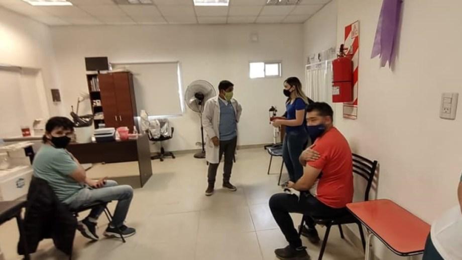 Con la participación del ministro Zgaib, se inició la vacunación a mayores de 18 años en Godoy. (Foto gentileza)