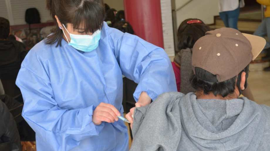 El operativo de vacunación en Neuquén continúa para mayores de 18 años. (Yamil Regules)