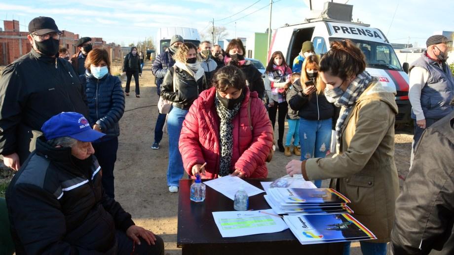 Algunos de los adjudicatarios de las nuevas viviendas. Foto: Marcelo Ochoa