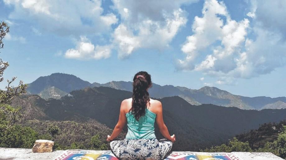 Momento de meditación frente a las montañas.