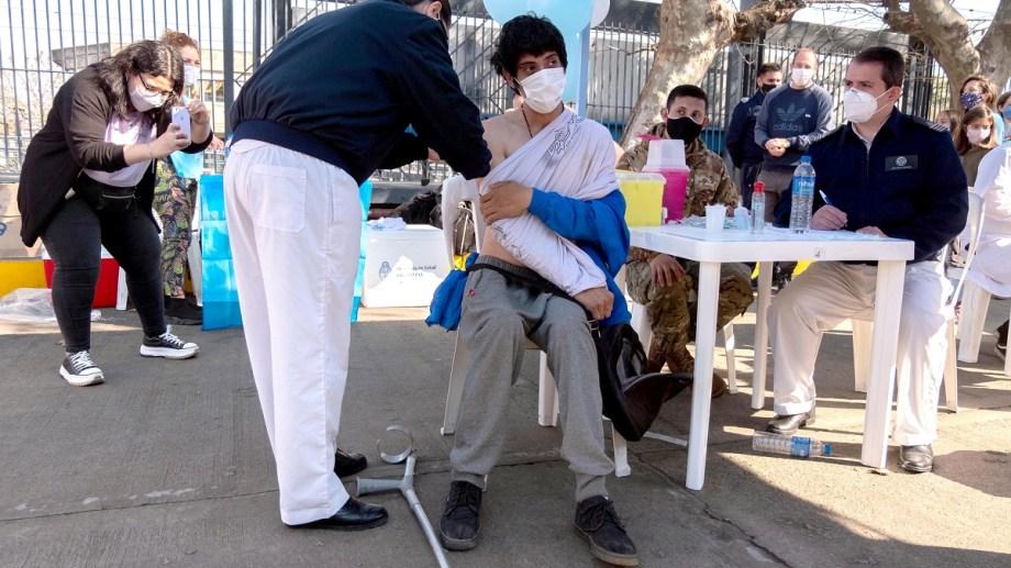 Mientras sigue la lucha contra el covid - 19 en medio de la pandemia, avanza la campaña de vacunación - Foto: Agencia Télam.