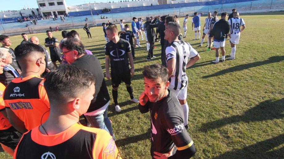 El momento en el que se paró el partido por incidentes antes del final. Fotos: Oscar Livera