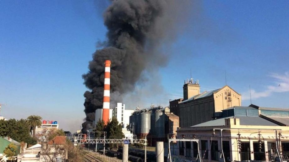 La bocanada de humo sorprendió a los vecinos de la zona, que inmediatamente alertaron sobre el fuego. Foto: Télam.-