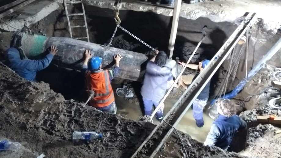 A las  23, comenzaba el empalme de la nueva pieza del acueducto. (Foto: Cristian D ´Amico)