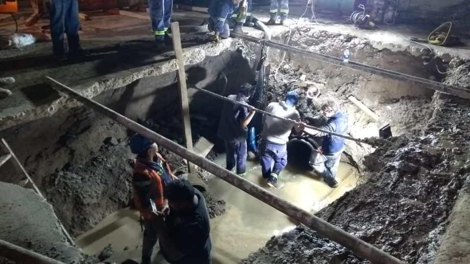 Miércoles a las 22.30, ésta era la situación en el lugar donde están haciendo los arreglo, en la calle Tres Arroyos. (Foto: Cristian D´Amico)