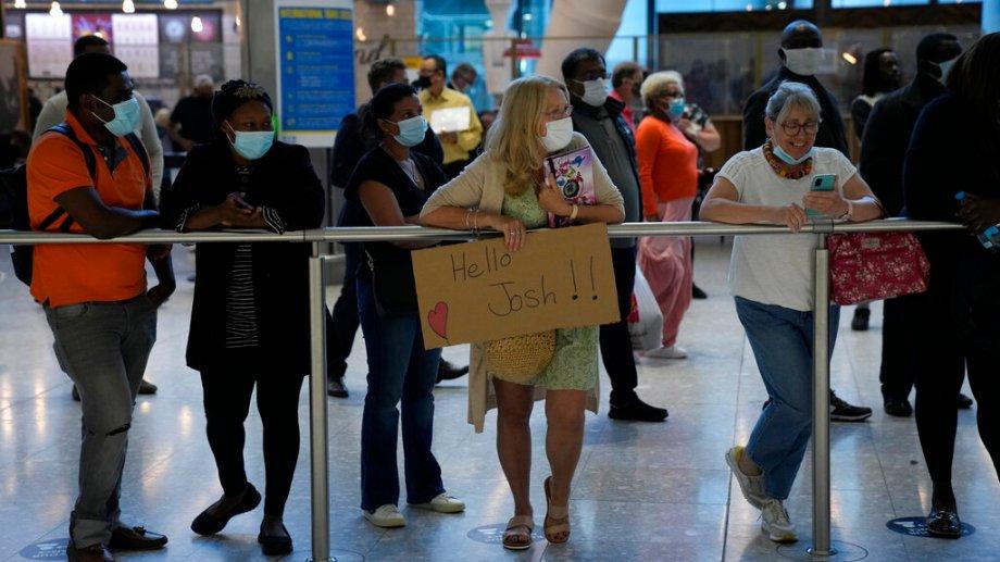 Se espera que los extranjeros estén vacunados contra el COVID-19 para ingresar al país. (Foto: AP)