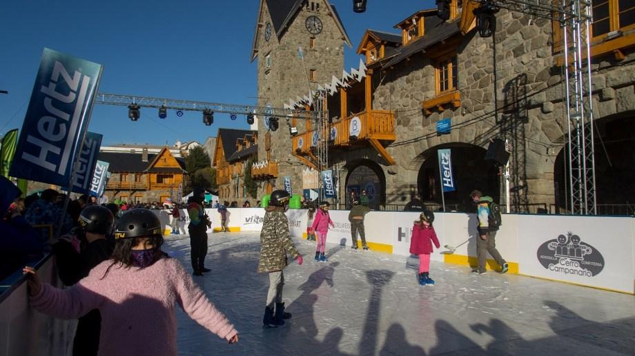 La pista de patinaje sobre hielo instalada en el Centro Cívico, es uno de los atractivos para los más chicos en la Fiesta de la Nieve. Foto: Marcelo Martínez