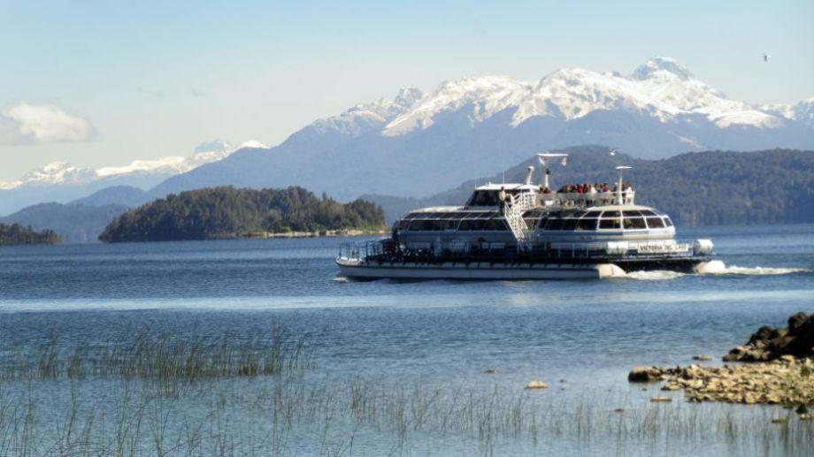 Los catamaranes con turistas parten desde el Puerto pañuelo, donde se paralizó la actividad de la empresa Turisur. Archivo