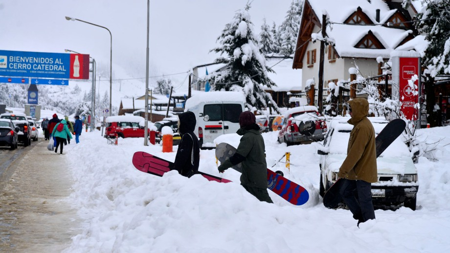 La nieve fue abundante el martes en la base del cerro Catedral. Se lograron acumular 35 centímetros. Foto: Chino Leiva