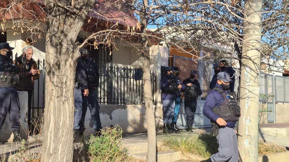Un operativo policial que se realizó en otro hecho que sucedió en ese mismo  estudio contable de Cutral Co. (Foto: Archivo)