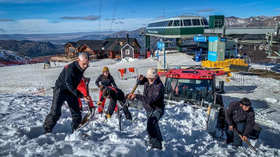 El gerente de Montaña de Capsa, Matias Marcaccini, informó que todas las tardes se organiza el operativo para buscar nieve que se usará después en las pistas. (foto archivo gentileza Capsa)