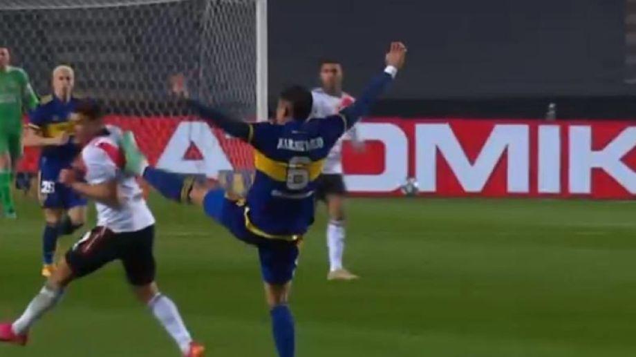 Rojo debió ser expulsado por la patada en la espalda a Álvarez.