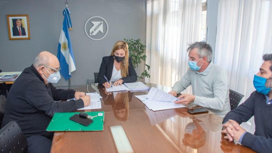 El contrato se firmó en el despacho de la intendenta María Emilia Soria.