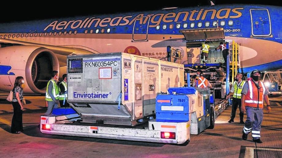 Uno de los embarques de Aerolíneas Argentinas que llegó con vacunas.