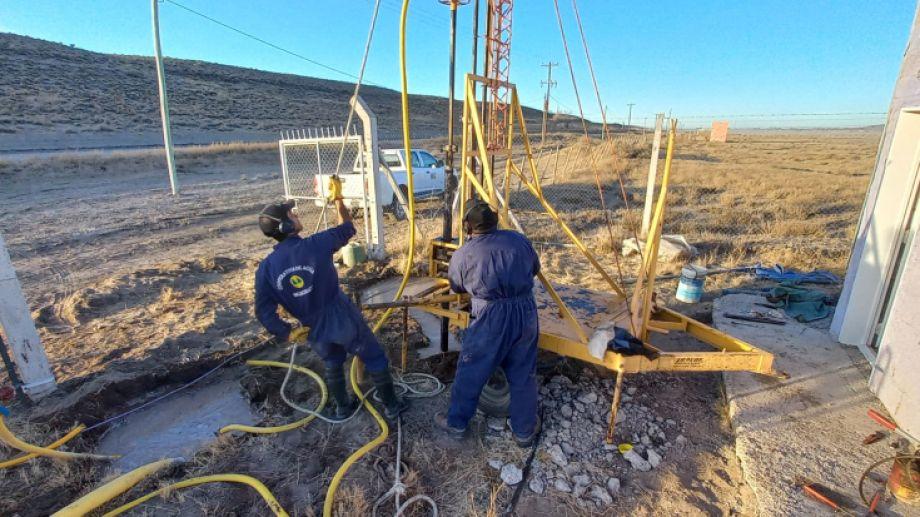 Operarios de la Cooperativa de Agua de Jacobacci ejecutan una de dos perforaciones proyectadas en el valle del arroyo Nahuel Niiyeu. Foto: José Mellado.