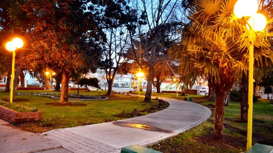 Instalarán luces de tecnología led en tres plazas en el centro de Regina. (Foto Néstor Salas)