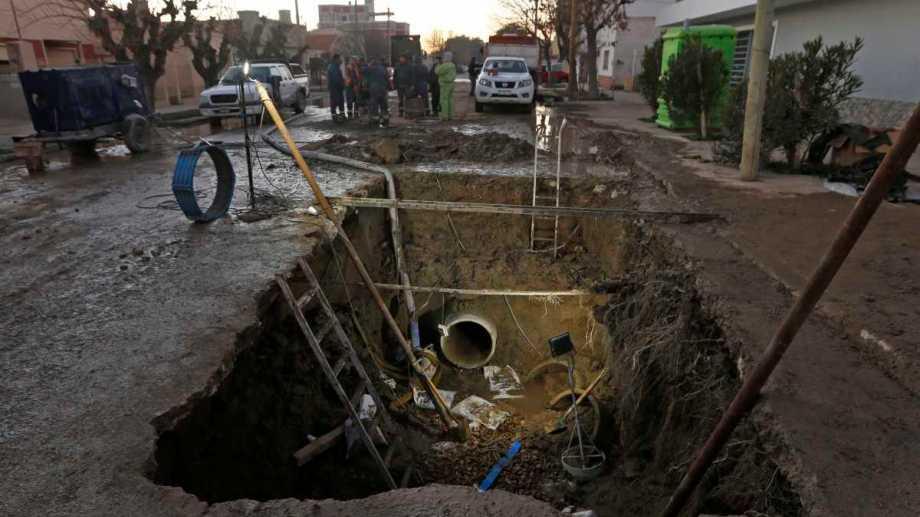 El ministro de Obras Públicas de Río Negro mostró cuáles son los trabajos para la reparación del ducto. Foto: Juan Thomes
