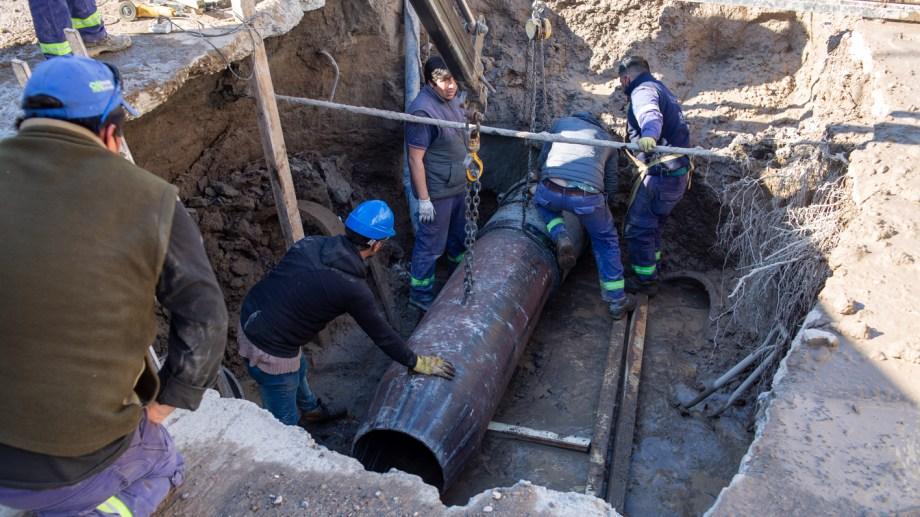 Operarios de Arsa trabajan en el acueducto de calle Tres Arroyos para poder restablecer el servicio. (Foto: Juan Thomes)