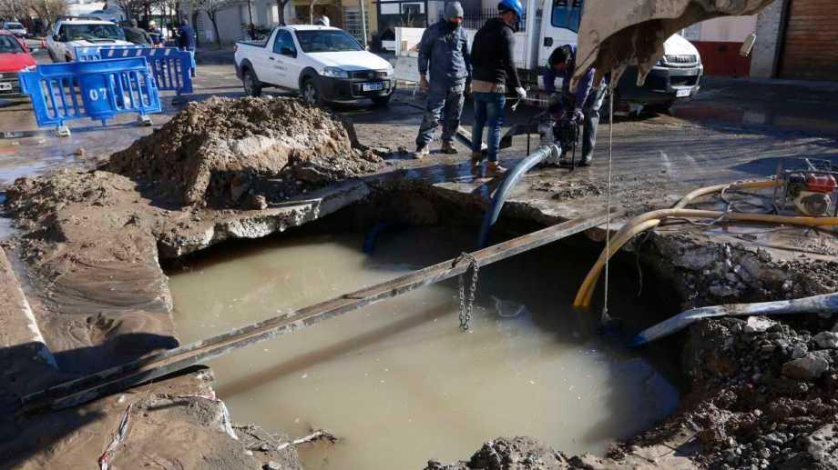 Las tareas de reparación este mediodía en el acueducto de calle Tres Arroyos. Foto: Juan Thomes