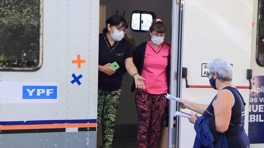 La petrolera extendió la presencia de los médicos y enfermeros que gestionó para Rincón de los Sauces. (Foto: gentileza)