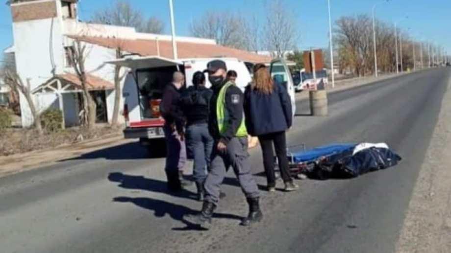Policías trabajaron por lo ocurrido sobre Ruta 22, en Senillosa. Foto: Gentileza Twitter @chechealumine