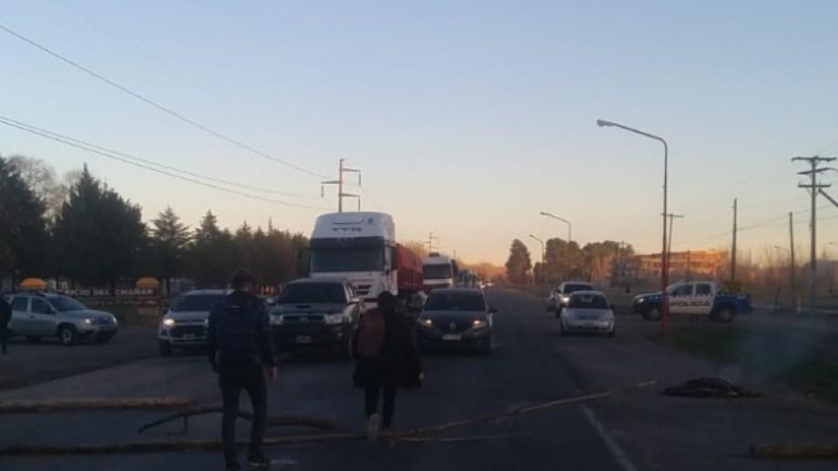 Municipales de El Chañar realizan un bloqueo total en la Ruta 7 y Picada 4.(Gentileza)