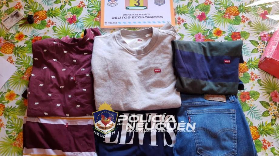 En los procedimientos se recuperó gran parte de la ropa obtenida en Neuquén por medio de estafas. Foto: Gentileza