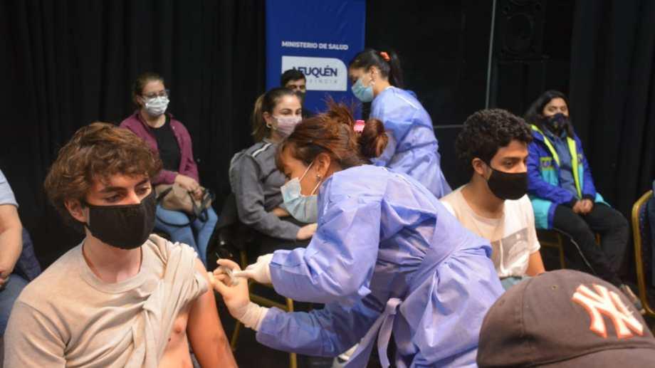 La vacunación en el escenario del Cine Teatro Español. Foto: Yamil Regules