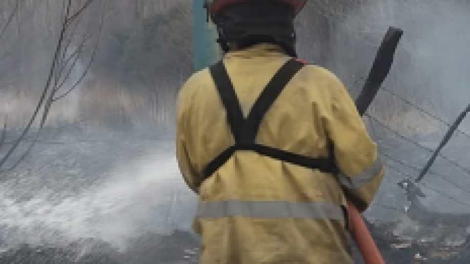En tres ocasiones tuvieron que intervenir los bomberos voluntarios para controlar el siniestro. (Foto gentileza)