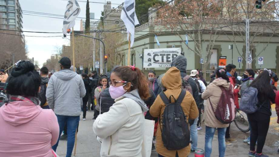 Organizaciones sociales concentran su protesta frente a Casa de Gobierno en Neuquén. Foto: Yamil Regules