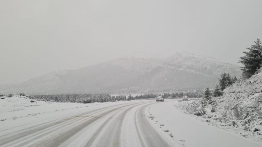 La nieve cubre la ruta 40 en el tramo de Circunvalación de Bariloche. Foto.: Gentileza Vialidad Nacional