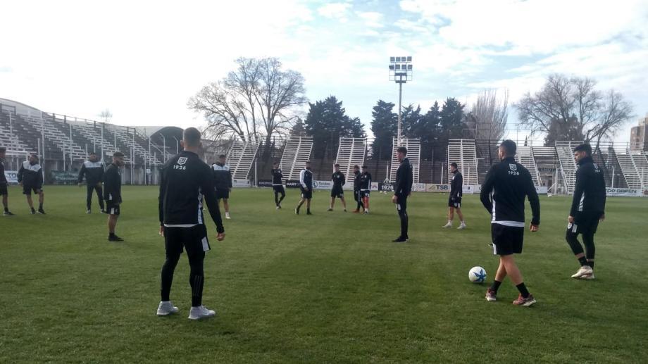 Los jugadores ya psiaron el nuevo césped en La Visera. (Foto: Yamil Regules)