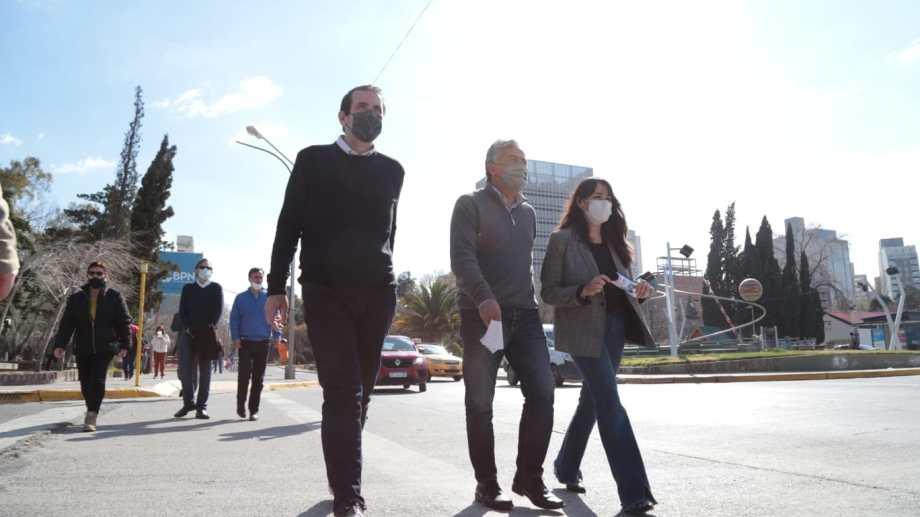 Cervi, Cornejo y Quiroga caminando por el centro de Neuquén. Foto: Gentileza