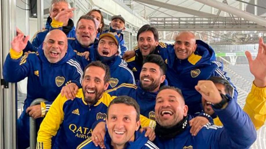 La foto que se sacaron los dirigentes y ex jugadores que estuvieron en La Plata después de la clasificación de Boca.