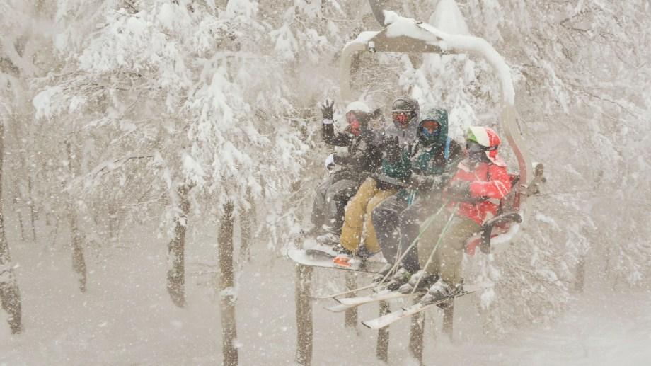 Mientras se habilitaban más pistas en Chapelco, los esquiadores disfrutaban de la nevada en el cerro de San Martín de los Andes. Foto: Patricio Rodríguez.