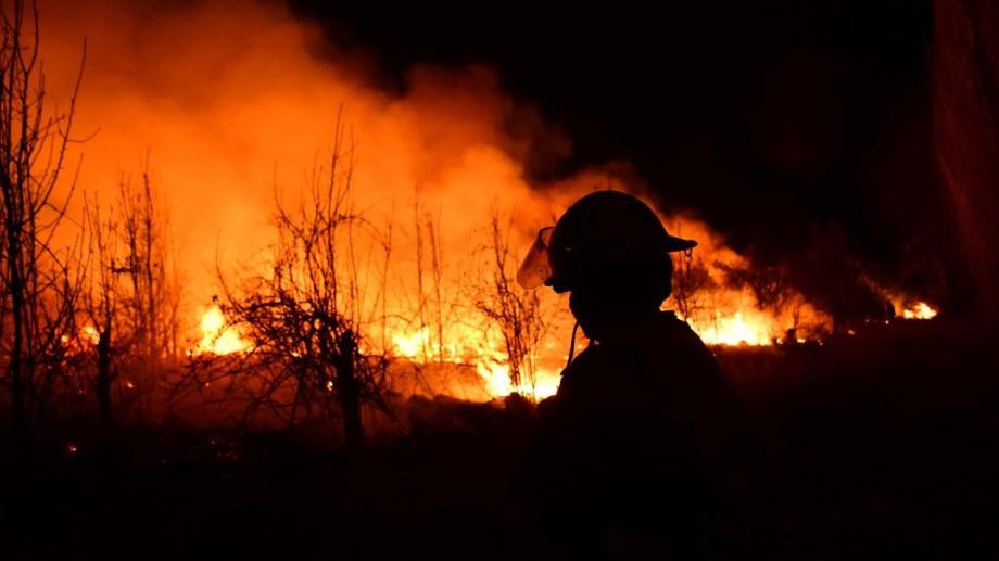 Una nueva intervención realizaron los bomberos voluntarios para controlar el siniestro. (Fotos: Andrés Maripe)