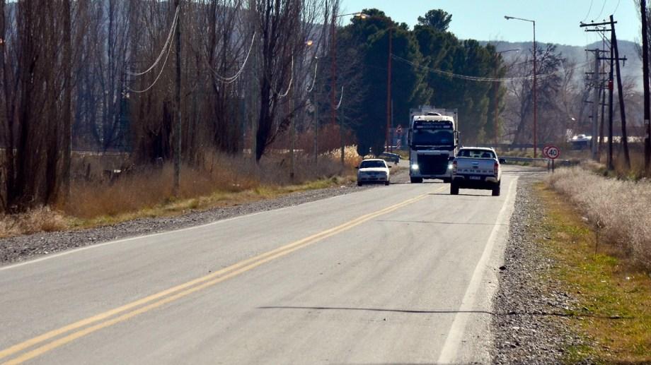 Desde hace30 días se advirtió la circulación de camiones con bateas en una calle rural. (Foto Néstor Salas)