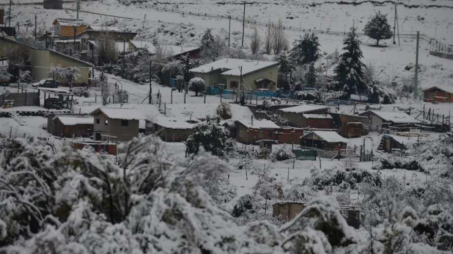 El martes la nieve cubrió todo Bariloche y se prevé que regresarán las precipitaciones en la cordillera. Foto: Chino Leiva