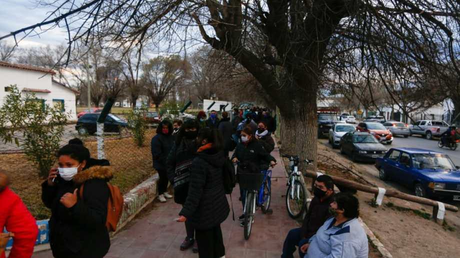 Desde la madrugada los vecinos comenzaron a llegar a la sede de la Colonia Penal. (foto: Juan Thomes)