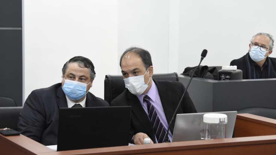 El fiscal del caso Martín Pezzetta y el fiscal Jefe Santiago Márquez Gauna, en el fondo el querellante Marcelo Velasco. (foto Florencia Salto)