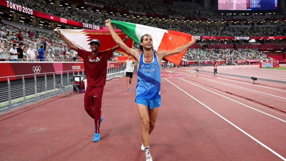 El festejo de ambos deportistas en el estadio Olímpico de Tokio.
