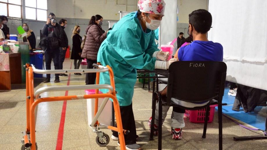 En Argentina se vacunó con Moderna a adolescentes con factores de riesgo.