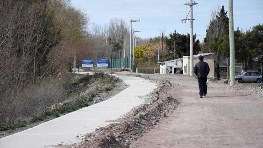 La Defensoría quiere que la calle de la costa del río Neuquén quede abierta para el uso público .Foto Florencia Salto