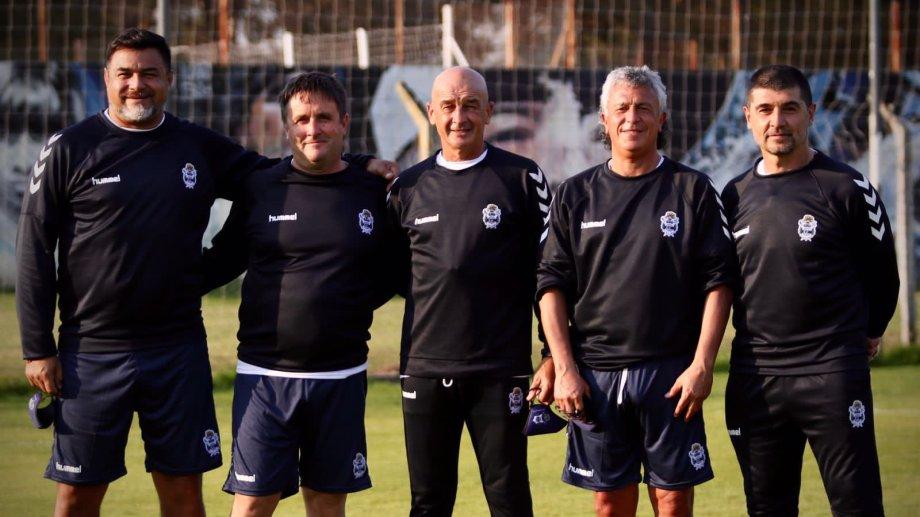 Pipo Gorosito con su nuevo cuerpo técnico, debutando en el entrenamiento de Gimnasia de La Plata.