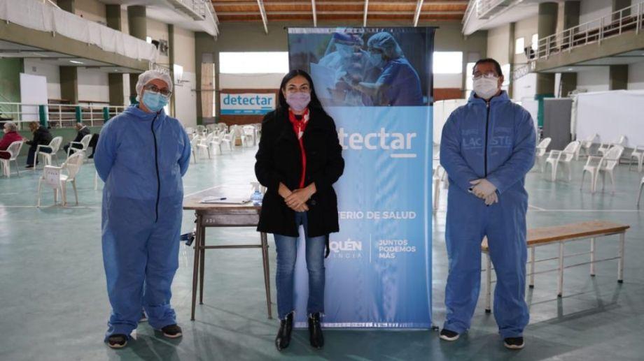 La ministra Andrea Peve visitó el plan Detectar al cumplirse un año de su instalación y dialogó con Rosana Cofre y Franco Valenzuela, trabajadores municipales que se desempeñan en el Gimnasio de la Escuela San Martín.