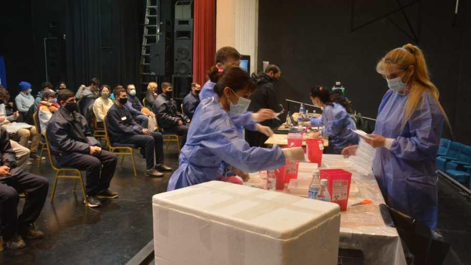El Cine Teatro Español es uno de los dispositivos de vacunación en Neuquén capital. Foto: archivo Yamil Regules